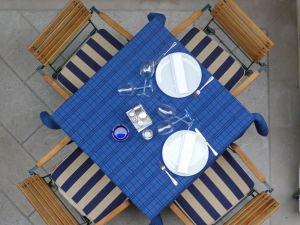 식탁 테이블 의자 식탁보 접시 포크 유리잔 컵 식사 카페 만남 미팅 대화 파란색 체크무늬 - 무료이미지