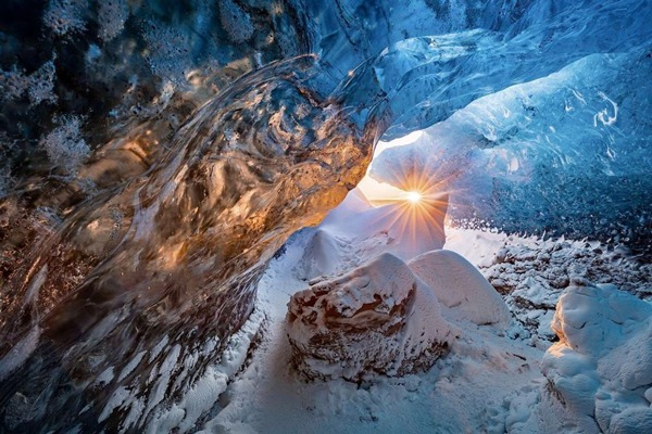 자연 부문 주목할 만한 사진. 얼음 동굴(Markus Van Hauten)