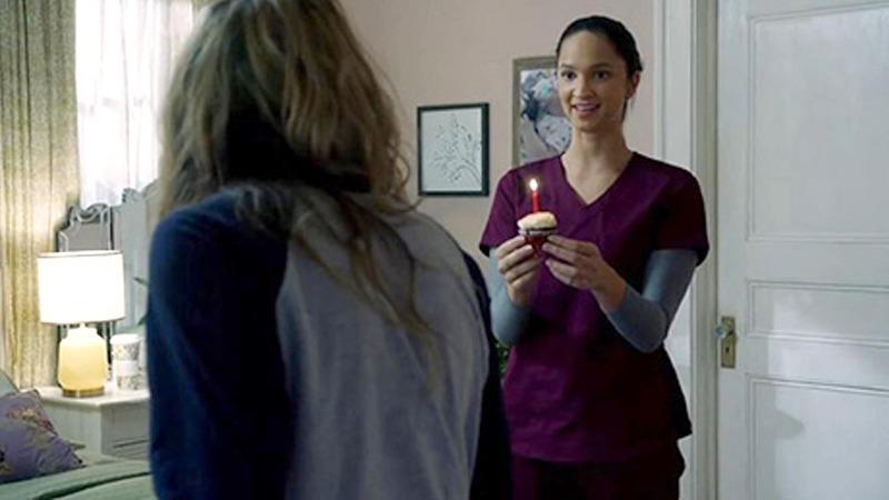 사진: 로리가 주는 생일 케이크를 트리는 퉁명스럽게 대충 받아 준다. 로리는 트리가 교수와 불륜 중인 병원에서도 일한다. [영화 해피데스데이 결말 스포일러]