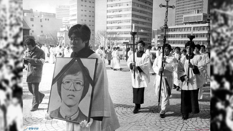 사진: 천주교사제단이 박종철 군의 영정을 들고 가고 있다. 정의구현 사제단은 진실 폭로에 큰 공로를 세웠다.