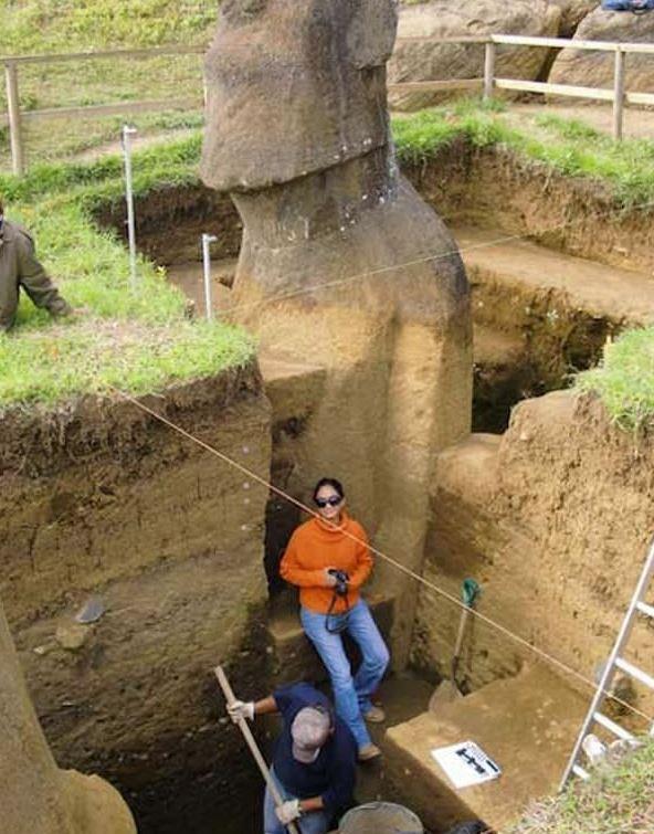 모아이 석상 전신 발굴 현장