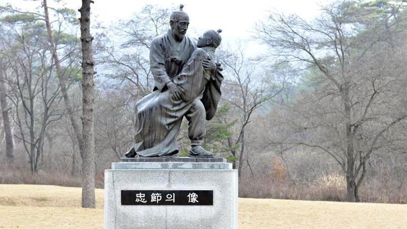 사진: 단종 죽음을 묘사한 동상. 현재 충절의 상으로 강원도 영월에 있다.