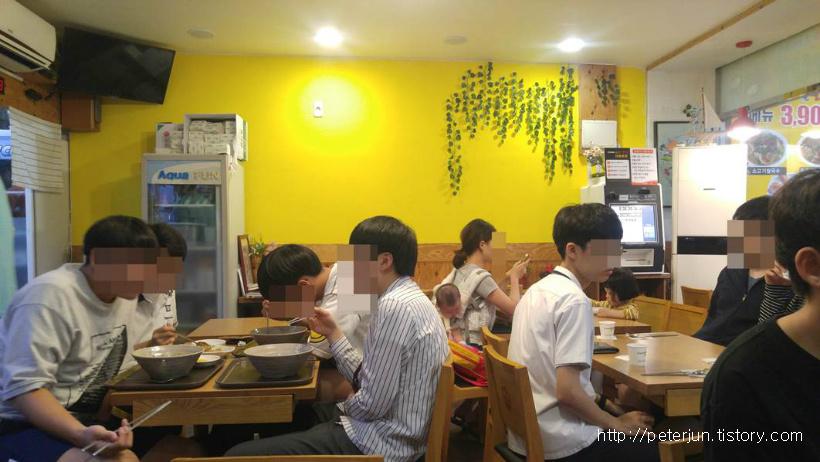 식당 안 풍경, 학생들