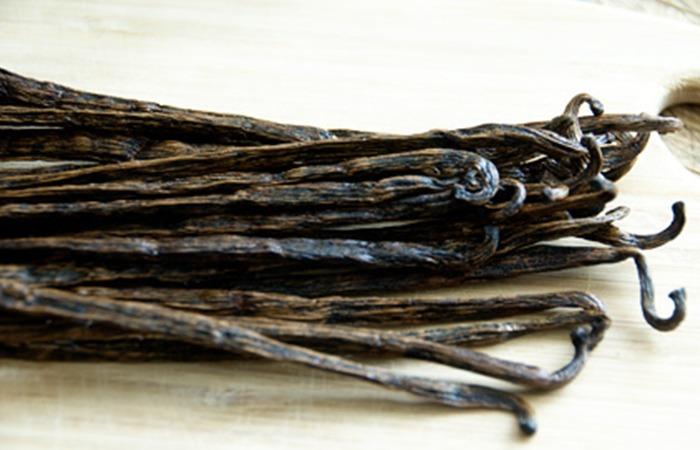 사진: 실제 바닐라의 모습. 오랜 기간 숙성시켜 말려서 색도 검은색이 되었다. 마치 콩깍지를 말린 모습과 비슷하다. [바닐라, 바나나 차이]